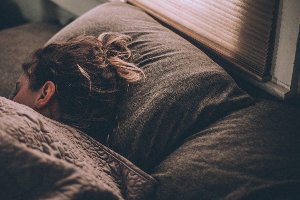 Une fille qui dort pour calmer ses crises d'angoisse